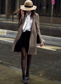 Le duo capeline/collants plumetis se révèle idéal pour twister une petite tenue sage (blog The Fashion Cuisine)