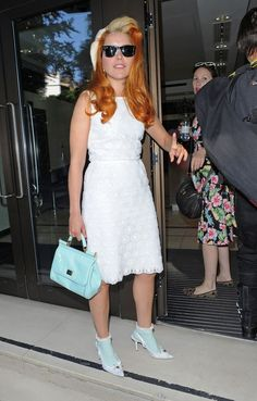 Paloma Faith - Paloma Faith Photos - Singer Paloma Faith seen wearing a white dress and shoes with matching turquoise socks and leather purse while arriving to the Sony Entertainment Studios in London - Zimbio Frilly Socks, Paloma Faith, Pin Up Hair, Socks And Heels, Vintage Glamour, Sexy Heels, Vintage Hairstyles, Well Dressed, Leather Purses