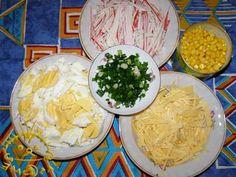 Яйца, крабовые палочки и сыр нарезать соломкой.