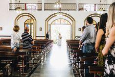 Entrada da noiva com vestido por Julia Pak em igreja de Limeira, interior de São Paulo. Foto por Canvas Ateliê. #LáVemANoiva #entradaDaNoiva #casamentonaigreja #noiva