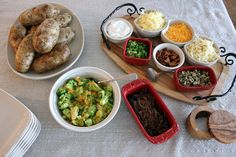 simple, original and fun sharing dishes to eat with the people you love : Jacket potato bar Baked Potato Bar, Dessert Buffet Table, Dinner Party Recipes, Dinner Ideas, Recipe Filing, Food Platters, Feeding A Crowd, Fajitas, Potatoes