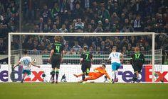 Ein umstrittener Handelfmeter - Dahoud hatte die Flugbahn des Balles im...Elfmeter für Schalke: 2:2