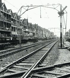 Zo kwam je Rotterdam binnen vanuit het zuiden,  iedereen zocht dan vast een mooi plekje op, want die bruggen erna.. Rotterdam, Retro Pictures, Old Pictures, Dutch Netherlands, Modern City, Most Beautiful Cities, Old City, Railroad Tracks, Holland