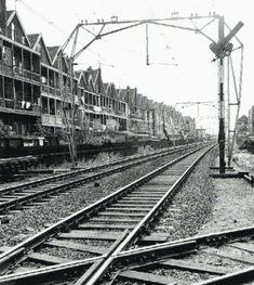 Iedereen in de trein zag de armoedige balkonnetjes aan de achterzijde van de woningen van de Rosestraat en de Oranjeboomstraat.