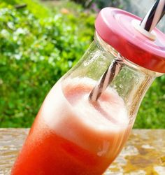Detox de Melancia 🍉🍉  Bata no liquidificador meia melancia sem as sementes, acrescente 2 rodelas de gengibre e gelo. Prontinhoooo!