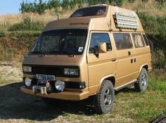 If you're looking for a vehicle to take you on a serious expedition, this is the Westy for you. This Gold Vanagon Syncro is ready for any expedition you ca Volkswagen Bus, Vw T3 Camper, Pop Top Camper, Off Road Camper, Vw T4 Syncro, T3 Vw, Transporter T3, Volkswagen Transporter, Freund Hein