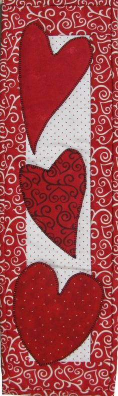 Valentine table runner but use different colors. Table Runner And Placemats, Quilted Table Runners, Small Quilts, Mini Quilts, Quilting Projects, Sewing Projects, Valentine Crafts, Valentines, Quilted Table Toppers