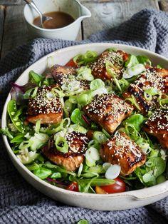 Altså dette er bare så digg!  Ris og grønnsaker toppet med laks marinert i en herlig asiatisk marinade og servert med en ingefærdressing. En litt annerledes fiskemiddag. Seafood Dishes, Fish And Seafood, Cute Food Art, Tex Mex, Main Meals, Chocolate Recipes, Salmon Burgers, Avocado Toast, Salads