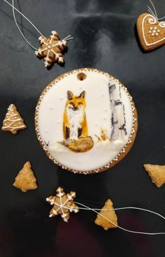 Ručne maľovaný medovník. Handpainted gingerbread Gingerbread, Fox, Hand Painted, Sugar, Cookies, Desserts, Crack Crackers, Tailgate Desserts, Biscuits