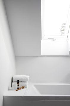 Een randje achter/bij bad om iets op te zetten is wel erg handig!