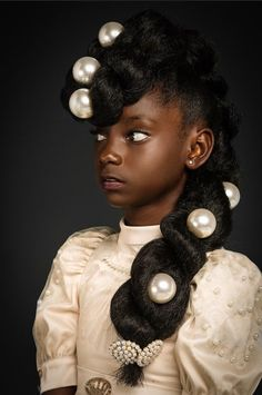 Gorgeous natural hair style.