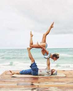The Effective Pictures We Offer You About Yoga Poses art A quality picture can tell you many things. Couples Yoga Poses, Acro Yoga Poses, Partner Yoga Poses, Yoga Poses For Two, Yoga Handstand, Fit Couples, Yoga Poses For Beginners, Yoga Bewegungen, Yoga Pilates