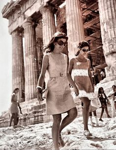 "mrs-kennedy-and-me: ""Jackie Kennedy in Greece, c. 1969 "" mrs-kennedy-and-me: ""Jackie Kennedy in Greece, c. Jacqueline Kennedy Onassis, Estilo Jackie Kennedy, Jaqueline Kennedy, Los Kennedy, Lee Radziwill, Jackie Oh, Diana Vreeland, Pose, Glamour"