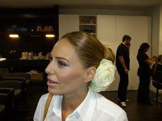 maquillaje sofisticado y recogido limpio con aires flamencos.