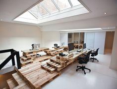 Hyper-design, et en mode récupération : les locaux très créatifs de l'agence de pub Brandbase, d'Amsterdam utilisent exclusivement des palettes d'expédition récupérées pour les tables de travail, les escaliers et le sol !