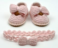 Baby Shoes with Bows Crochet Pattern -matching headband - Instructions for 3 Siz. Baby Shoes with Bows Crochet Pattern -matching headband - Instructions for 3 Sizes -Easy Beginner Crochet Pattern PDF Easy Beginner Crochet Patterns, Crochet Basics, Crochet For Beginners, Baby Knitting Patterns, Baby Patterns, Coat Patterns, Free Knitting, Crochet Stitches, Baby Shoes Pattern