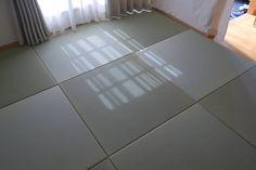 天然い草ならではのやわらかな質感と色合いがとても素敵ですね。 カーテン越しの光も優しく感じる素敵な空間です! 経年変化で変わっていく畳をお楽しみいただけると思います。 Kokoro, Tile Floor, Flooring, Tile Flooring, Wood Flooring, Floor
