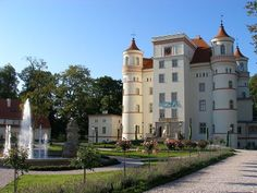 Pałac Wojanów - z XIII w. leży w Karkonoskim Parku Narodowym Property Investor, Investment Property, Facade House, House Facades, Monuments, Palace Garden, Mega Mansions, The Beautiful Country, Countries Of The World