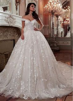 Faszinierende Tüll & Spitze Off-the-Shoulder-Ausschnitt Ballkleid Brautkleid mit Spitzenapplikationen & Perlen - Hochzeit und Braut Fascinating tulle & lace off-the-shoulder neckline ball gown wedding dress with lace applications & pea. Wedding Dress Silk, Wedding Dress Tea Length, Cheap Lace Wedding Dresses, Wedding Dress Sleeves, Princess Wedding Dresses, Perfect Wedding Dress, Dream Wedding Dresses, Bridal Dresses, Wedding Gowns