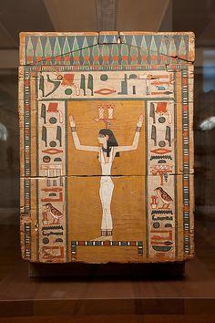 Detalle de la cabecera del ataúd de KHNUM NAKHT cortesano de alto rango en la Dinastía XII del Imperio Medio. Aparece la diosa ISIS con los brazos levantados. Museo Metropolitano de Arte en Nueva York.