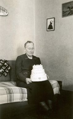 No matter how long you stare at that cake, Inez, a man is not jumping outta it. Birthday Greetings, Birthday Wishes, Birthday Cards, Old Photos, Vintage Photos, Happy Birthday Illustration, Awkward Photos, Happy B Day, Vintage Birthday