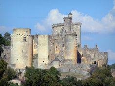 Le château de Bonaguil - Guide tourisme, vacances & week-end dans le Lot-et-Garonne -Joyau d'architecture médiévale, le château de Bonaguil, situé entre Périgord et Quercy, sur la commune de Saint-Front-sur-Lémance, près de Fumel, est l'un des plus beaux châteaux forts de France. Édifiée au XIIIe siècle, puis transformée et agrandie à la fin du XVe et au début du XVIe siècle par le baron Bérenger de Roquefeuil, cette forteresse, pourvue d'un impressionnant système de défense, n'a jamais… Abandoned Castles, Abandoned Places, Chateau Moyen Age, Medieval, La Dordogne, Château Fort, Interesting Buildings, French Chateau, Architecture Old