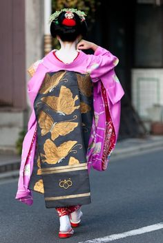 you can tell to which hanamachi she belongs by the crest on her obi sash. Japanese Geisha, Japanese Beauty, Japanese Kimono, Asian Beauty, Geisha Japan, Japanese Style, Kyoto, Kabuki Costume, Memoirs Of A Geisha
