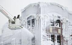 Em temperatura abaixo de 0°, galpão 'congela' após incêndio nos EUA. Água disparada para controlar o fogo congelou sobre edifício em Chicago.