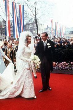 NLD-19660310-AMSTERDAM : HUWELIJK BEATRIX-CLAUS.Het bruidspaar gaat per Gouden Koets van het Paleis op de Dam naar het stadhuis. ANPFOTO/NLD-19660310-AMSTERDAM : HUWELIJK BEATRIX-CLAUS.Het bruidspaar gaat per Gouden Koets van het Paleis op de Dam naar het stadhuis. ANPFOTO. 10-03-1966