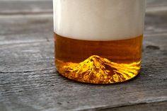 """地元愛から生まれたグラス「The Oregon Pint」--ビールを注ぐと""""夕陽に染まるフッド山""""が浮かび上がる"""