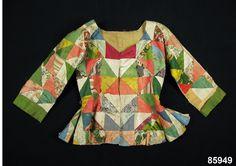 patchwork jacket, 1770-1790, Nordiska museet, Sweden. 1700-talskofta av siden sydd av en mängd olika klänningstyger av siden skurna i trekanter och sammansydd i lappteknik, s.k. skarvsöm. Där tygerna inte räckt till samma trekantsform har man sytt ihop flera små bitar till en trekant. Tygerna är en provkarta på vanliga färger och tyger från 1700-talets mitt och framåt.