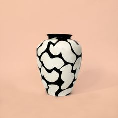 Series of handpainted vases produced for Sight Unseen & Urban Outfitters. Ceramic Mugs, Ceramic Pottery, Slab Pottery, Ceramic Bowls, Clay Design, Design Art, Keramik Design, Pottery Sculpture, Ceramic Sculptures