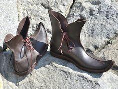 Poulaines cuir médiéval chaussures bottes sandales moyen-âge
