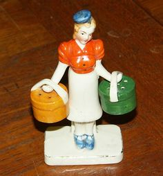 Rare, Vintage Salt And Pepper Shakers Woman With Hat Boxes. Is she a female version of a bell hop? Salt N Pepa, Kitsch, Vases, Homemade Cleaning Products, Salt And Pepper Set, Vintage Pottery, Salt Pepper Shakers, Tea Pots, Shake Shake