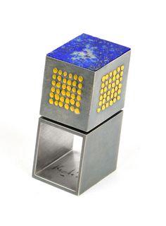 Helfried Kodré. Ring: Untitled. Silver, gold, lapislazuli. 1,9 x 2,0 x 4,0 cm. Helfried, KodréRing: UntitledSilver, gold, lapislazuli1,9 x 2,0 x 4,0 cm.