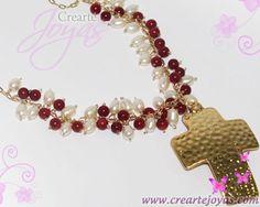 Collar Dije Cruz Martillada con Piedras Ágatas Cornalinas y Perlas Naturales, en alambre de Goldfill