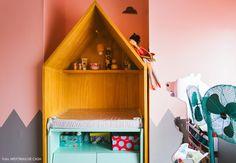 Criativo, o trocador das gêmeas foi projetado em formato de casinha.