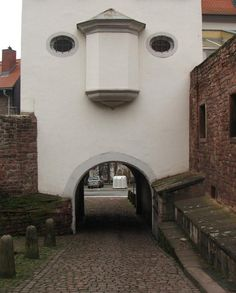 building-with-a-funny-face