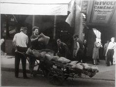 Libération de Paris - 22 août 1944 - Transport de sacs de sable pour la barricade, 78 rue de Rivoli, 4ème arrondissement, Paris.   Paris Musées