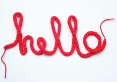 Wir sind verliebt in die Strickliesel! Mit den bunten Strickschläuchen können wir wunderbar uns und vieles andere umstricken!