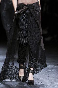 Haider Ackermann Spring/Summer 2013 RTW at Paris Fashion Week. Dark Fashion, Love Fashion, High Fashion, Fashion Show, Womens Fashion, 1950s Fashion, Haute Couture Style, Fashion Week Paris, Textiles Y Moda