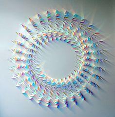 ガラスを使った作品は数多く存在し、その表現方法もさまざま。時には驚くような形で、私達にその魅力を強く感じさせてくれます。そんな中今回紹介するのは、ガラスと光の反射を利用した美しい螺旋状アートです。