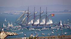 """Las embarcaciones despiden al buque escuela """"Juan Sebastian Elcano"""" despide de la Gran Regata de veleros 2012 de Cádiz (Román Ríos/EFE)"""
