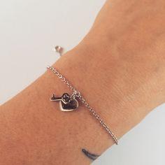 Bracciale in argento con due ciondoli a forma di chiave e di piccolo cuoricino,  stupendo da solo e bellissimo anche insieme ad altri bracciali.