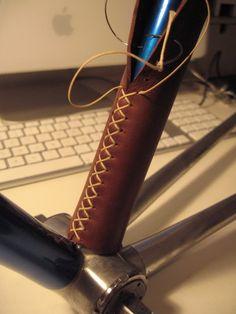 Depiedencap :: Vélo et cuir. Bici Retro, Velo Retro, Leather Craft Tools, Leather Projects, Pimp Your Bike, Couture Cuir, Bike Leathers, Leather Bicycle, Leather Art