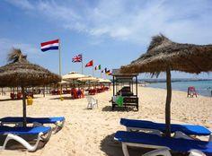 """Тунис: выбираем """"правильный"""" курорт и пляж в стране  Золотой песок, лазурное море, которое на горизонте сливается с голубизной неба, соломенные зонтики в ряд… Думаете, это об одном из азиатских курортов? А нет, это Тунис! Вдоль Средиземного моря раскинулась длинная полоса пляжей. На всем Средиземноморском побережье они признаны лучшими. Проводят свой отпуск здесь европейцы, чтобы понежиться на солнышке, покупаться в теплых водах Средиземного моря, насладиться закатами среди песчаных дюн и…"""