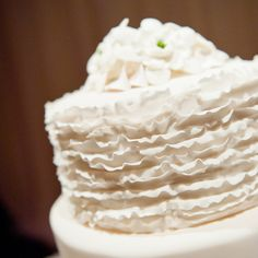 A ruffle cake is both simple and elegant. #LuxBride