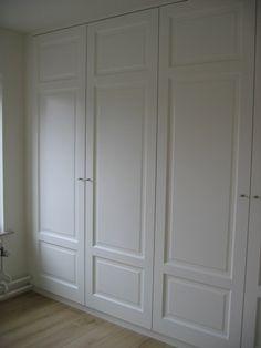 Kastenwand in de slaapkamer van oude paneeldeuren