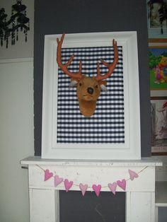 Idee: Stoere decoratie in de kinderkamer (hertenhoofd op prikbord)