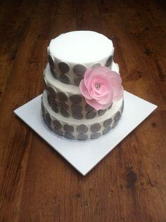 Modern silver dotted wedding cake / Moderne silber gepunktete Hochzeitstorte